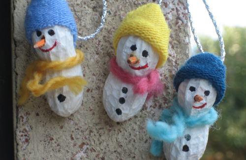 Pupazzi di neve in miniatura realizzati con le arachidi